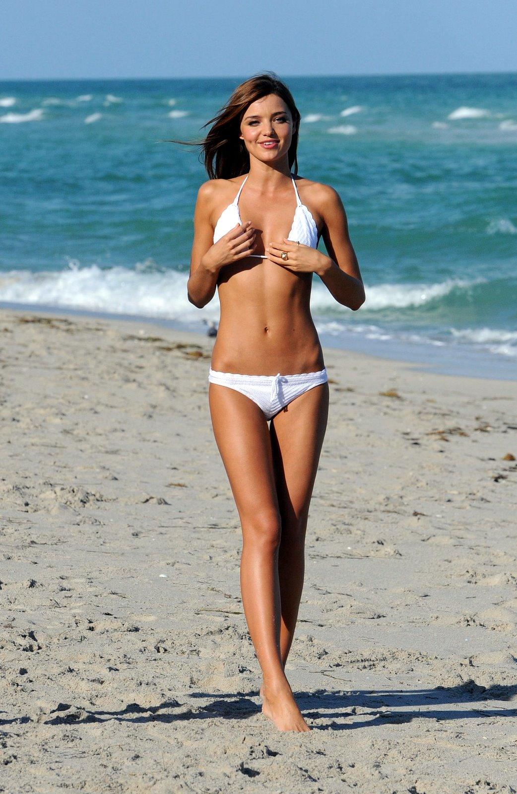 20 звезд попавшихся топлес на пляже 20 фото  Триникси