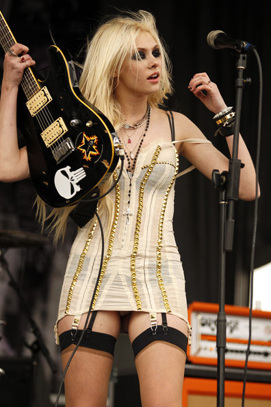 Name:  Provocatively+dressed+Taylor+Momsen+band+Pretty+Rkc_6EFKXIql.jpg