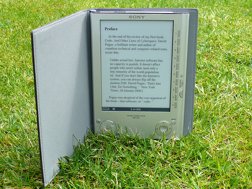File:Sony-Pocket-Edition-Reader-turns-up-the-heat-on-Kindle-reader 2.jpg